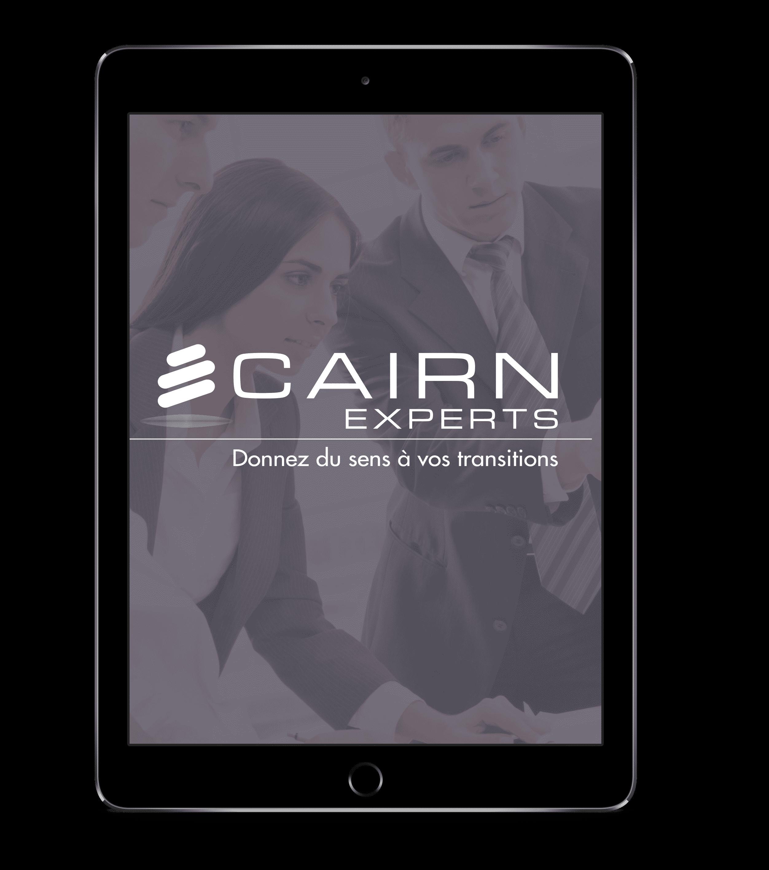 Tablette affichant le logo de Cairn Expert avec une photo de personnes en costume en fond