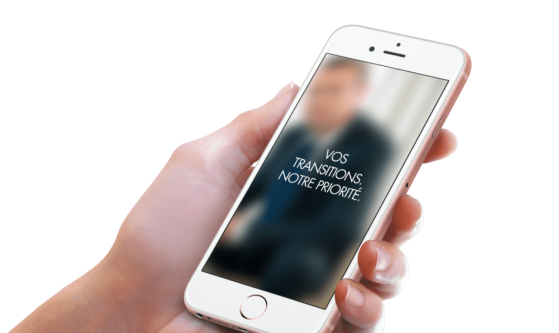 """Gros plan sur un smartphone sur lequel est inscrit : """"Vos transitions. Notre priorité""""."""