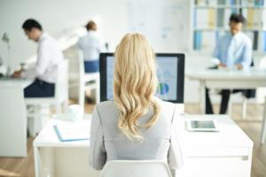Femme travaillant sur son ordinateur, vue de dos