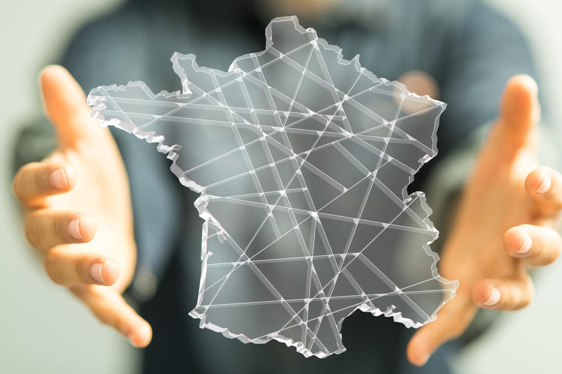 Un homme tenant une représentation de la France dans ses mains